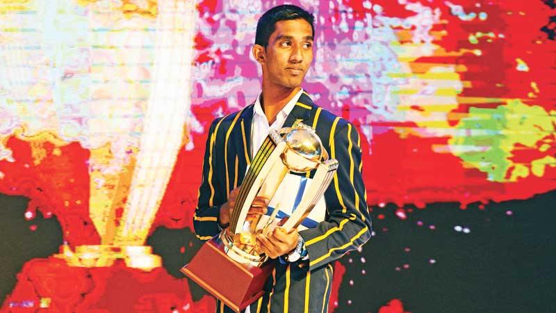 Kamil Mishara with the Observer-Mobitel Cricketer of the Year Award