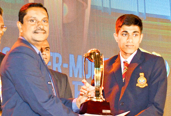 Thatsara Weerasinghe receiving his award for the Best batsman division three