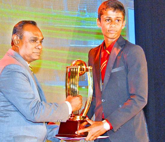 Lasith Udage of St.Mary's College, Kegalle receiving his Best Bowler Div.11