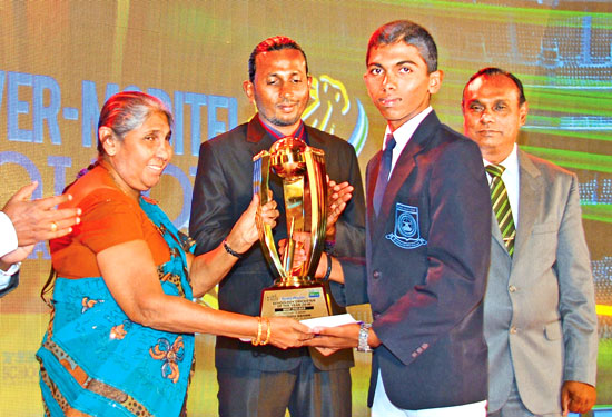 Kavindu Sohan of Sri Devananda College, Ambalangoda receives his award Best Fielder Div two