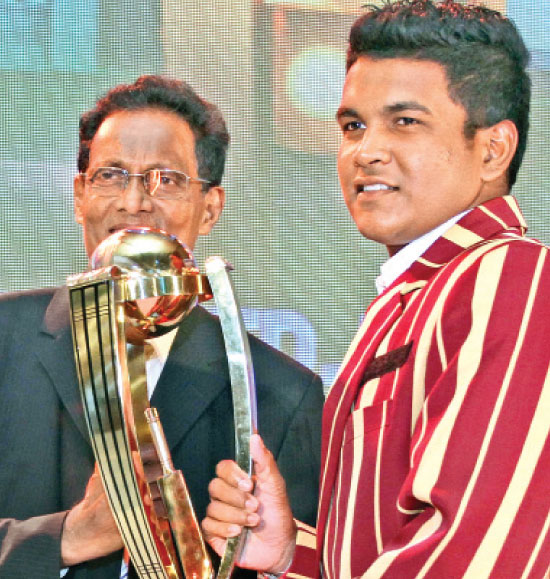 Sammu Ashan of Ananda College Colombo receiving the national award for Best All Rounder