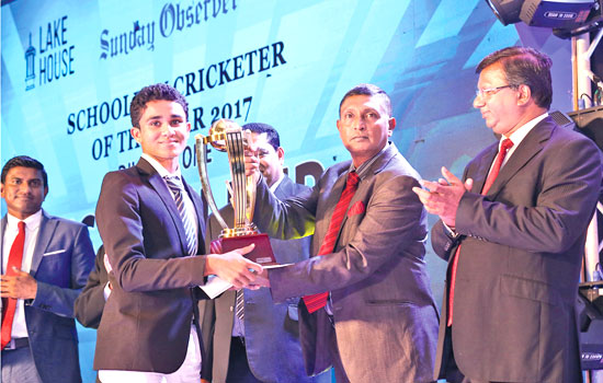 Ravindu Rashantha of Dharmasoka College, Ambalangoda receiving his Best Fielder Div. 1