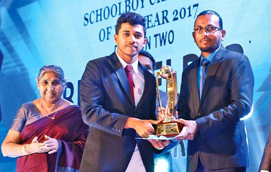 Receiving the award from CEO/Director of Batsman.lk, Kumara Gamhewa.