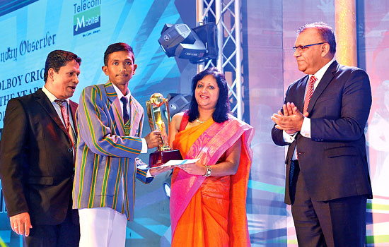Piyumal Sinhawansa (St.Anne's college, Kurunegala) receiving the Most Popular Schoolboy Cricketer of the Year Div 2