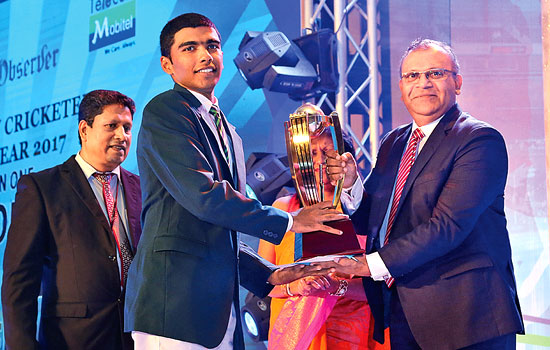 Sanjula Abeywickrema of Thurstan College receiving the Most popular Schoolboy Cricketer of the Year Runner Up