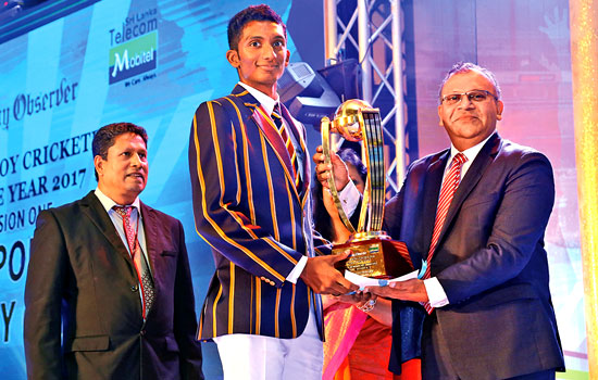 Santhush Gunatileka of St.Peter's College receiving the Most Popular Schoolboy Cricketer Award Division one