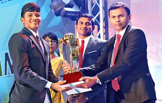 Viswa Chaturanga of Prince of Wales College, Moratuwa receiving the Best Batsman National Award