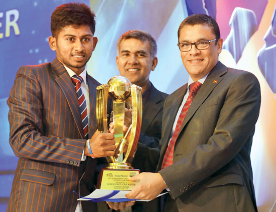 Ranjan Madugalle presents Div. I Schoolboy Cricketer of the Year Award to  Kamindu Mendis of  Richmond College. Krishantha Cooray, Chairman of Lake House did not attend the function in respect of late Silumina Editor  Chamara Lakshan Kumara for whom two minutes silence was observed