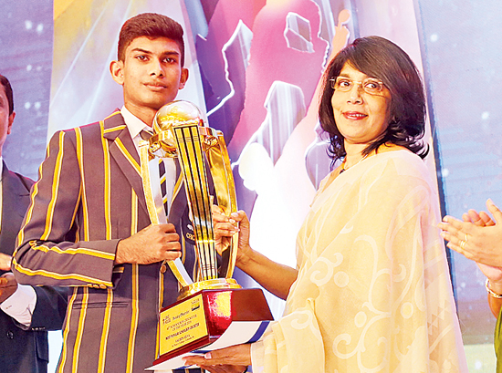The Observer-Mobitel Most Popular Schoolboy Cricketer 2018 Sachin Silva of St. Peter's College receives his trophy from Director of Lake House Uma  Rajamantri
