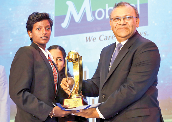 Kaveesha Dilhari the Best Schoolgirl Batter from Devapathitaja College Ratgama receives her award from General Manager Lake House Abaya Amaradasa