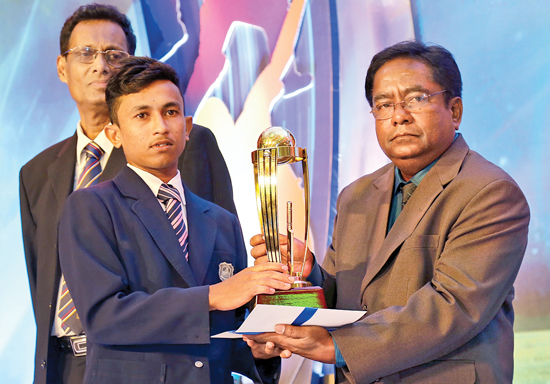 Senior Associate Editor Rodney Martinuz hands over the Trophy to Best Bowler Award Division III to Sasanga Dulaj of Henegama MMV