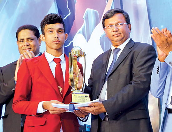 Narada Sumanaratne   Genaral Manager - Human Capital handing over the Award for Best team of Western Province Nalanda College to its skipper