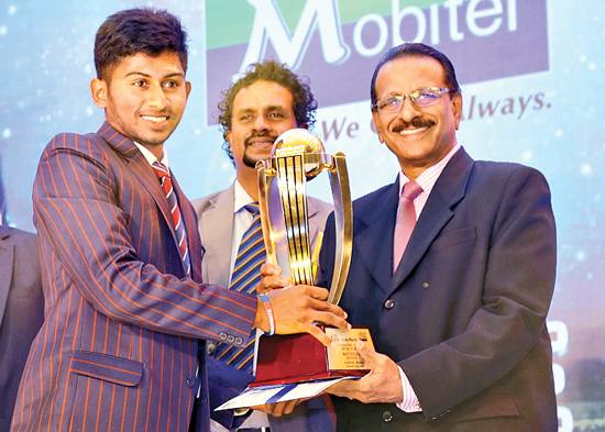 Kamindu Mendis, Ricmond College, Galle who was declared as the Best Fielder receiving his Award from Advisor Cricket to the Ministry of Education Jayantha Seneviratne