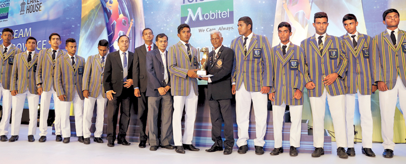 Captain of St. Anne's College, Kurunegala receiving the award for the Best Team from North Western Province from Senior Sports Journalist Sunday Observer Bernard Perera