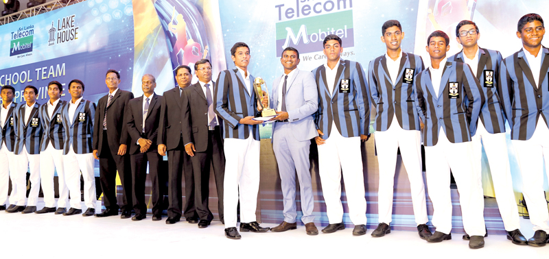 The Best team from Western Province S. Thomas' College, Mount Lavinia receiving their award from Senior General Manager Mobitel Pvt. Lt. Isuru Dissanayke