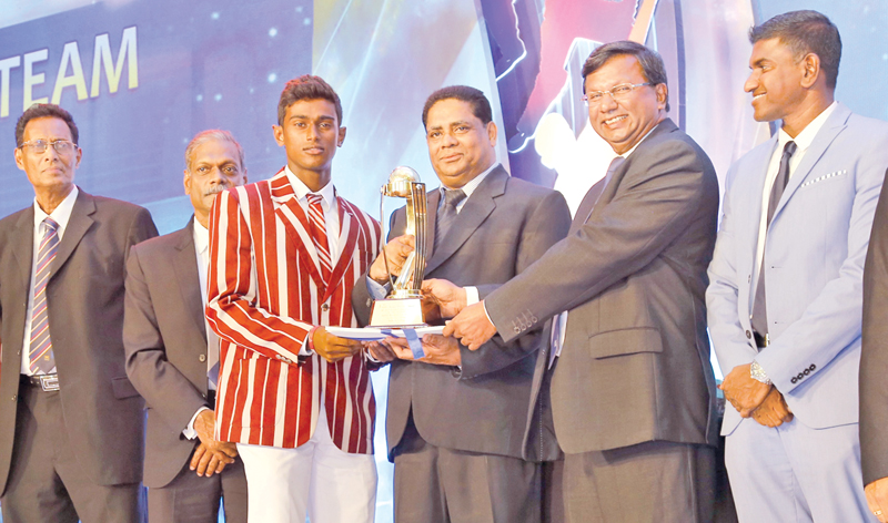 The Best Behaved Team Nalanda College receiving their Trophy from Deputy General Manager Finance ANCL VS Bois at the Observer-Mobitel Schoolboy Cricketer of the Year Awards ceremony held at the Colombo Hilton.
