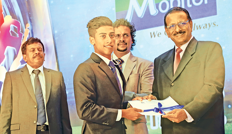 Division I Best Fielder Sithara Hapuhinna of S. Thomas' College Mount Lavinia receives his Award from Jayantha Seneviratne Consultant Schools Cricket to the Ministry of Education