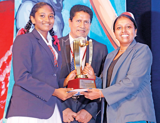 Umesha Thimeshani of Devapathiraja Vidyalaya made history by becoming the first Schoolgirl Cricketer of the Year as schoolgirl cricketers were recognized for the first time, this year. The award was presented by Champika Weeratunga (Secretary SLSCA). Chanaka Liyanage (Channel Manager Lake House) is also pictured. (Pic: Chinthaka Kumarasinghe)