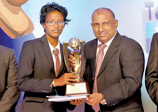 Nilaksha Sandamini of Devapathiraja Vidyalaya receiving the Girls Best Bowler Award from Aravinda de Silva
