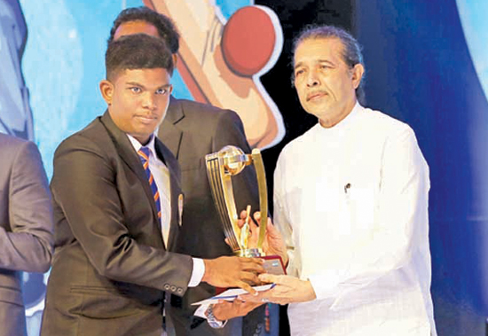 Akash Lochana of Gamini NS Bentota receiving the award for the best fielder from Lakshman Gunasekera (Editor Daily News)