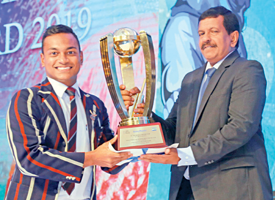 Most Popular Schoolboy Cricketer Theeksha Gunasinghe from St, Anthony's College in Kandy with his award presented by Kamal Wijesuriya Senior DGM Printing and Maintenance ANCL