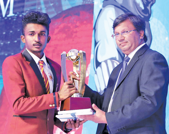 Nalanda College skipper receives the Western Province Best School Runner-up Award