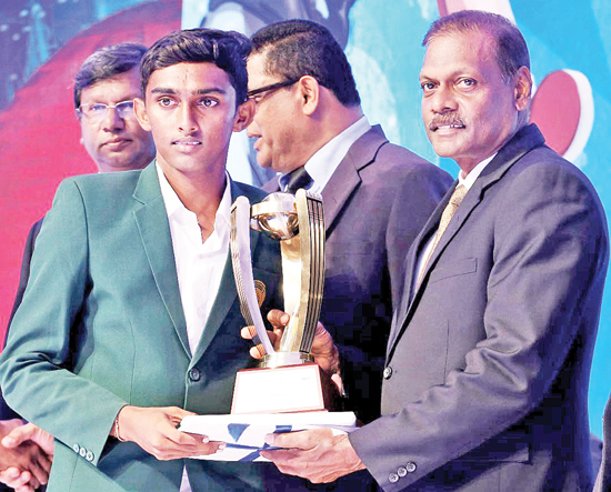 Anuradhapura MMV captain receives the North Central Province Best School team Award