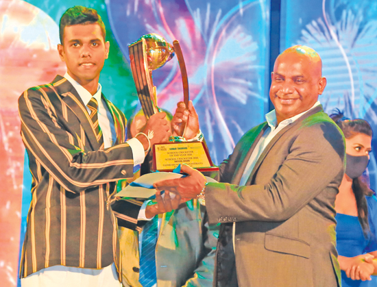 Observer-SLT Mobitel Schoolboy Cricketer of the Year 2020 Navod Paranavithana from Mahinda College receives his award from former Sri Lanka captain Sanath Jayasuriya