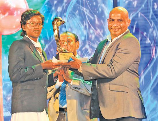 Observer-SLT Mobitel Schoolgirl Cricketer of the Year 2020 Kavesha Dilhari from Devapathiraja College receives her award from Sanath Jayasuriya
