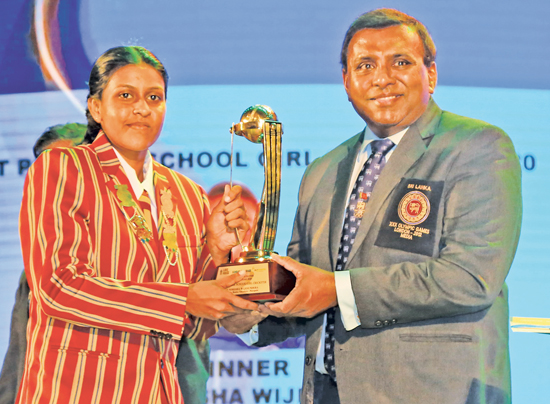 Most Popular Schoolgirl Cricketer Nimesha Wijesundera of Marapola MMV receives her award from Editor-in-Chief of the Sunday Observer Dinesh Weerawansa