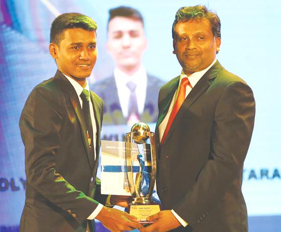 Division Two best fielder Sithum Sanjana of Holy Cross College, Kalutara gets his award from Additional Deputy General Manager Advertising ANCL, Prasanna Jayasundara