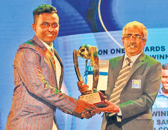 Dimuth Sandaruwan of Richmond College the best wicket keeper receiving his award from Nishantha Kumara U-19 Tournament Secretary SLSCA