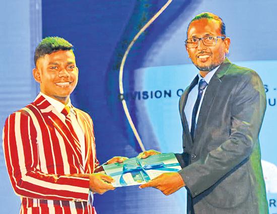 Best Batsman runner-up division one Avishka Perera of Nalanda College receiving his award from Kumara Gamhewage CEO of Batsman.com