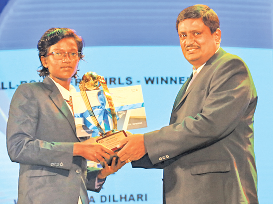 Best all-rounder girls Kaveesha Dilhari of Devapathiraja College, Ratgama receives her award from Chief Editor of Thinakaran  T. Senthilvelavar