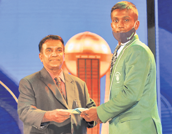 Best batsman Division Two Sandaruwn Chintaka receives his cash award from from Chief Editor Silumina, Dharman Wickremaratne