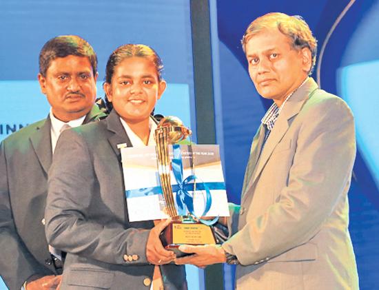 Best schoolgirl bowler Janadi Anali of Anula College, Nugegoda receives her cash award from Chief Editor Daily News, Pramod de Silva