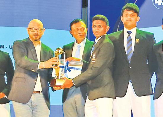 CMO Mobitel, Shashika Senarath presenting an award