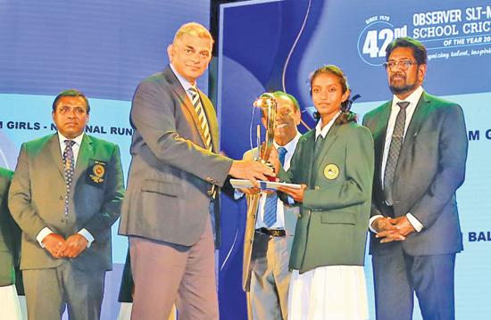 Group Chairman of Sri Lanka Telecom Rohan Fernando presenting an award