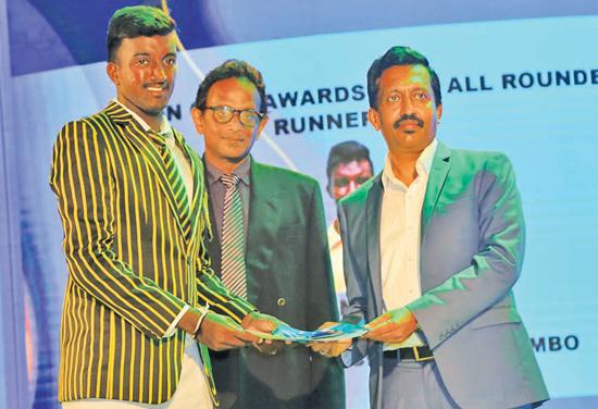 CMO Sri Lanka Telecom, Prabhath Dahanayaka presenting an award