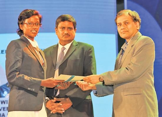 Best Bowler (Girls) - Runner up - W. Kaveesha Dilhari of Devapathiraja College, Rathgama receives her Award from Editor in Chief Daily News, Pramod de Silva