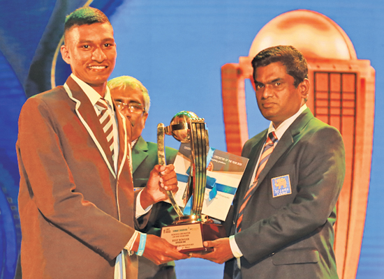Best Bowler - Division One - Winner Sineth Sithara Dissanayake of St. Thomas' College, Matara receives his Award from SLSCA Treasurer, Manjula Vaas