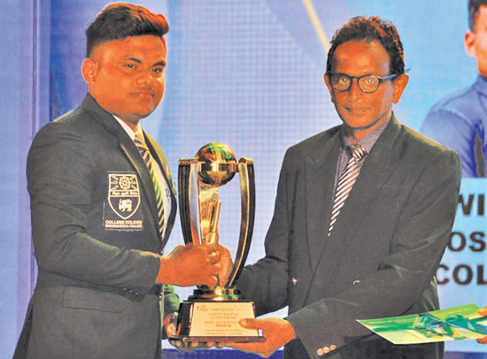 Lohan Aroshana de Zoysa of Dharmasoka College, Ambalangoda receiving his Award for being the runner-up in the Division One Best Bowler category from Shirajiv Sirimanne the Associate Editor of the Daily News