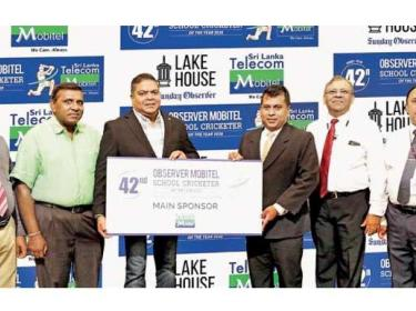 Chief Executive Officer of SLT Mobitel Nalin Perera (third from left) handing over the sponsorship of the 42nd Observer-Mobitel School Cricketer of the Year to Director Legal and Administration Rakhitha Abeygunawardhana (fourth from left) while Manager Channel Publicity Chanaka Liyanage (extreme left), Editor-in-Chief of Sunday Observer Dinesh Weerawansa (second from left), ANCL General Manager Abhaya Amaradasa (second from right) and DGM Marketing Waruna Mallawaarachchi extreme right) look on