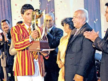 Dinesh Chandimal with his award